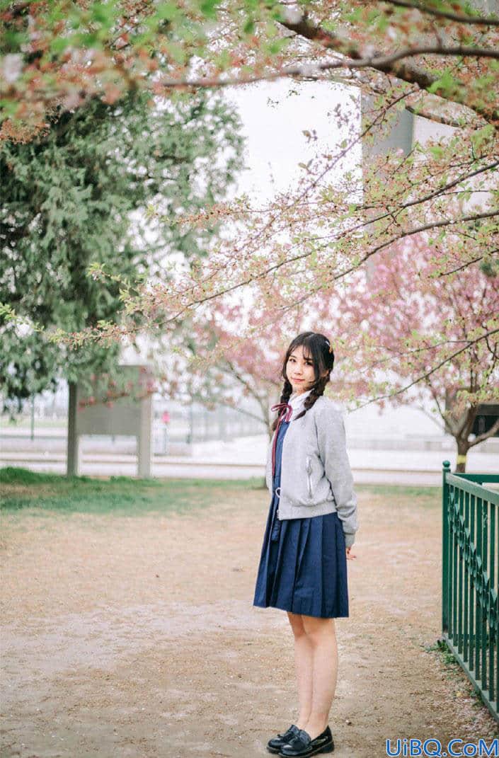 Photoshop给穿着校服的花季女生照片调出日系小清新风格。